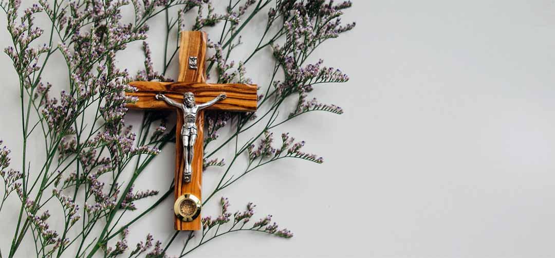 poner un crucifijo en la pared en casa
