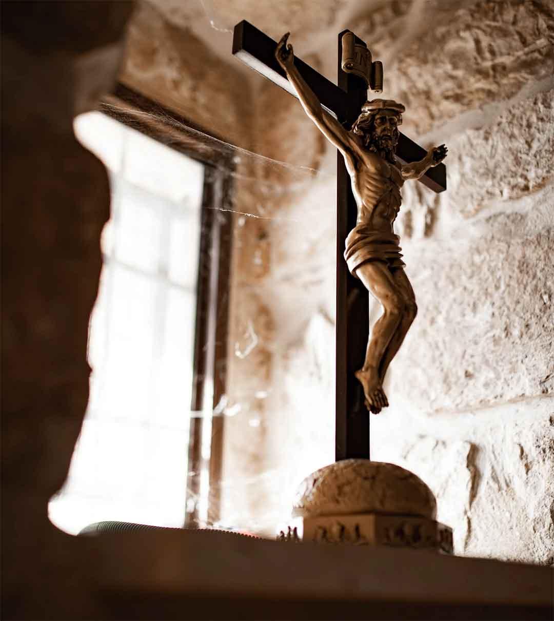 poniendo un crucifijo en una ventana