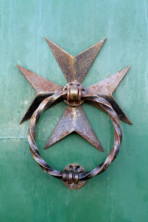 simbología de la cruz maltesa